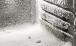 Снег и лед на задней стенке холодильника — почему он намерзает и что с этим делать?