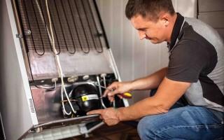 Почему холодильник работает, но не морозит — возможные причины