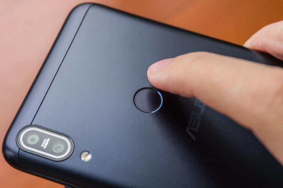 Камера и сканер отпечатков пальцев на задней крышке ASUS ZenFone Max Pro M1