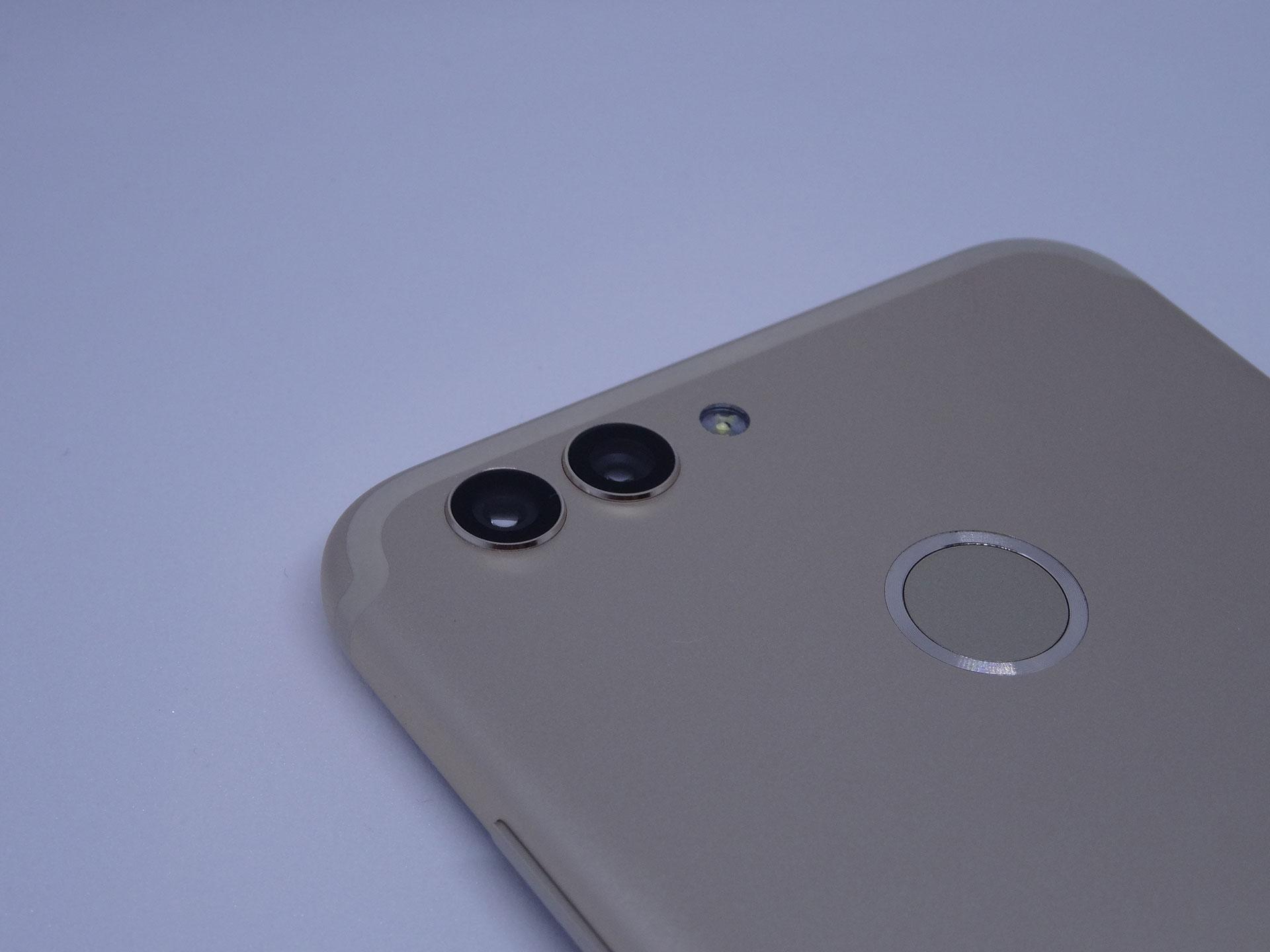 Двойная основная камера HUAWEINova 2 позволяет выполнить панорамную съемку