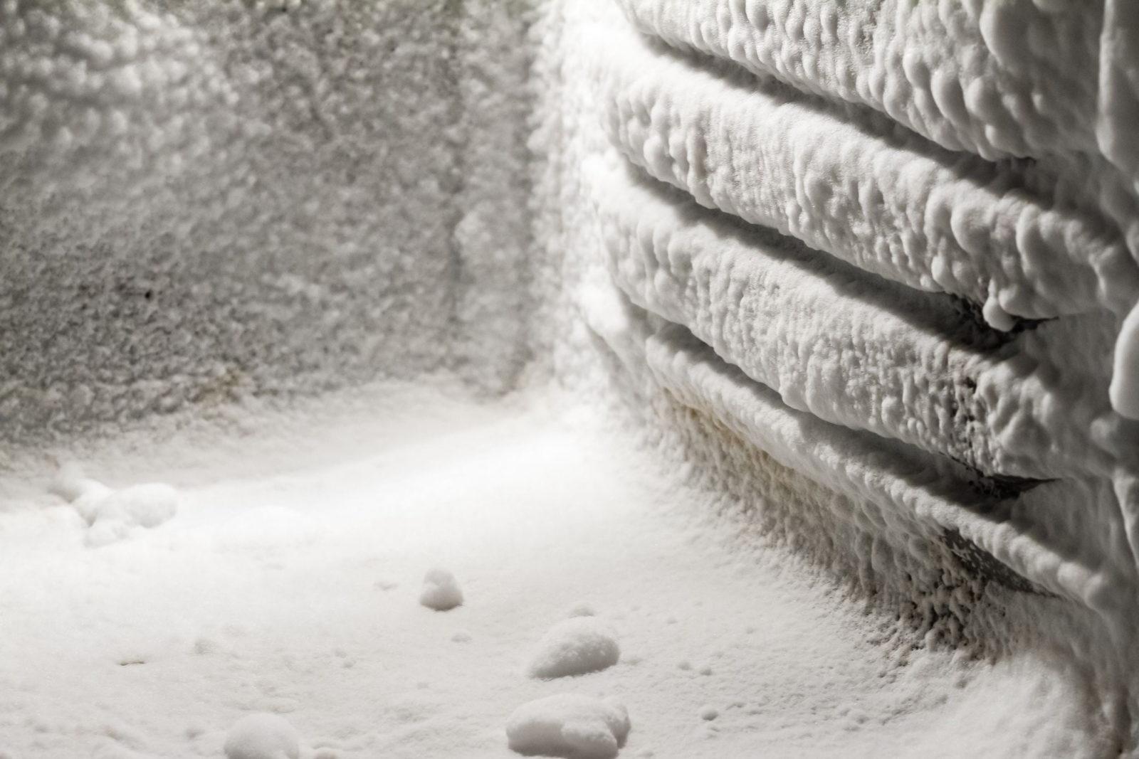 Снег и лед на задней стенке холодильника