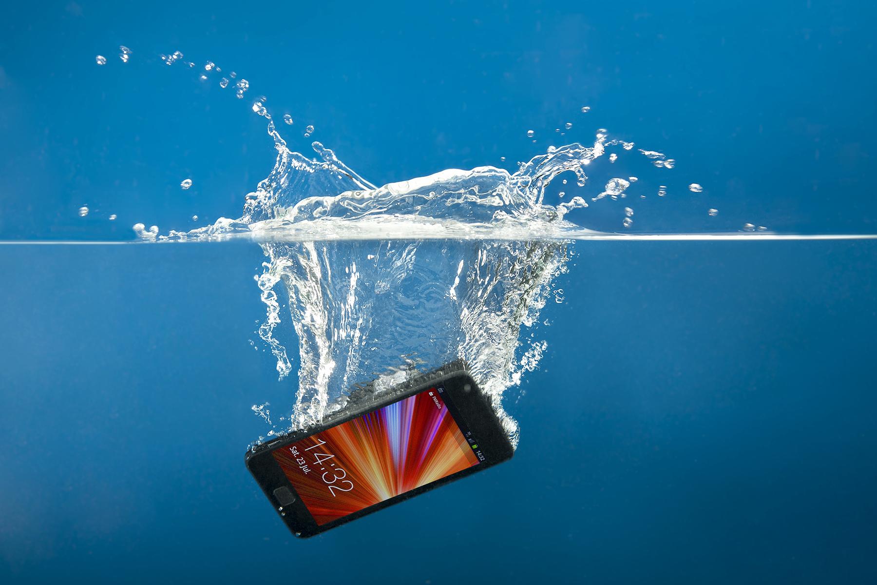 Лучшие способы, чтобы спасти телефон после падения в воду