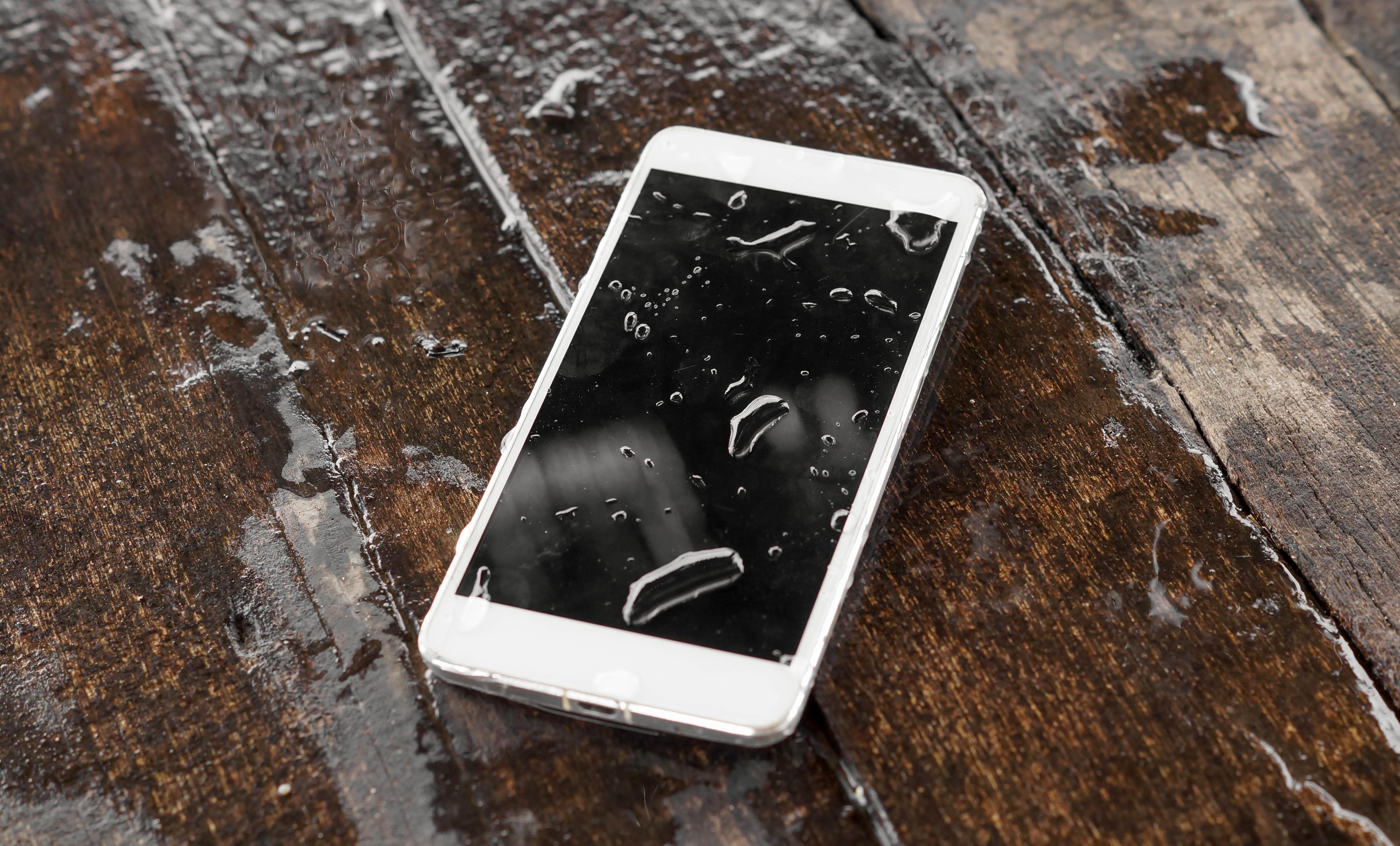 Попадание влаги под корпус мобильного телефона