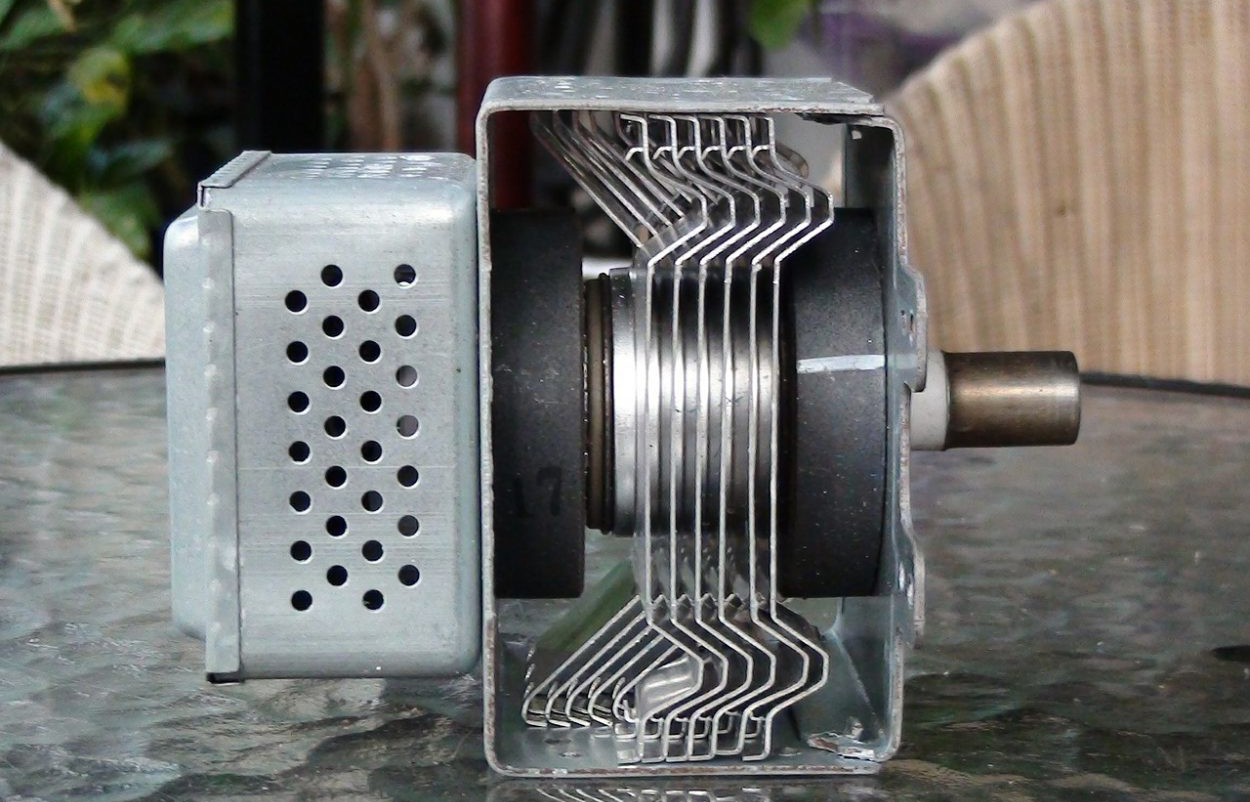 Принцип работы магнетрона